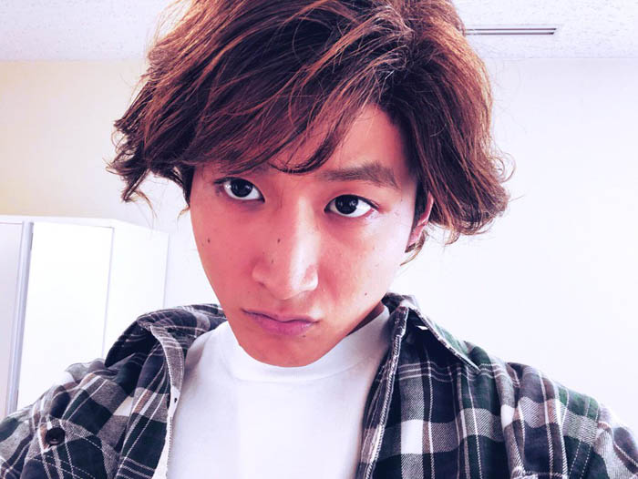小関裕太がキムタク演じた『HERO』久利生公平ショットに反響!「とても似てます!」「お顔つくってるのかわいい!」