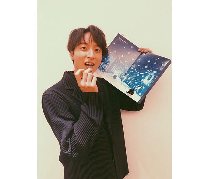 小関裕太がチョコをつまんだキュートなショット公開!「おしゃれですね〜」「クリスマスまでワクワクがあるなんて」