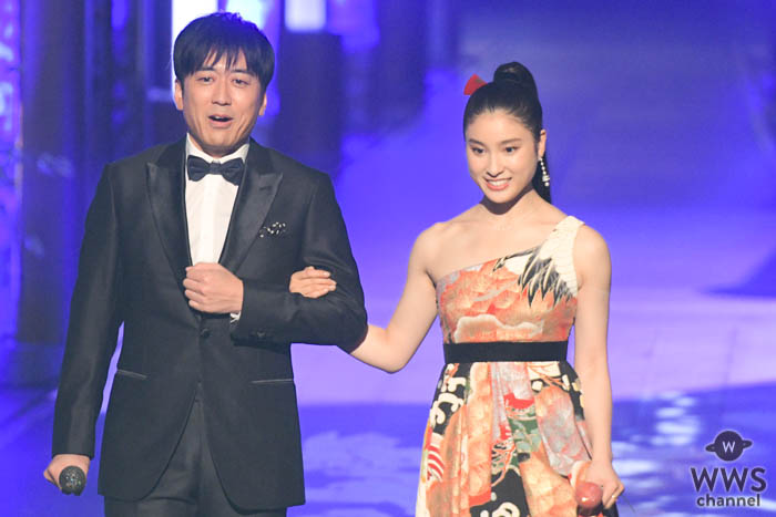 土屋太鳳、美しいデコルテが際立つ艶やかな和柄ドレスで魅了!<第61回 輝く!日本レコード大賞>