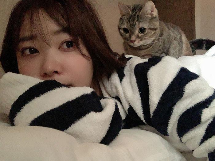 指原莉乃、愛猫からのマッサージ2ショット公開!「癒しだよね〜」「まさに『猫に負けた』って感じ」