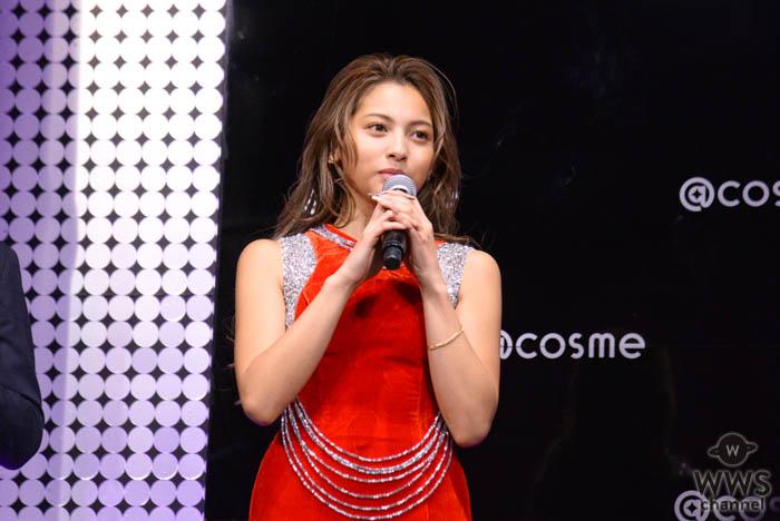 ゆきぽよが赤いスリットドレスで美脚披露!「@cosmeビューティアワード2019」に登場!