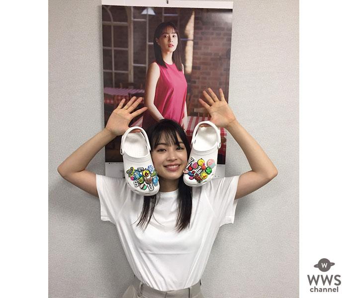 広瀬すず、2年連続「CROCS」グローバルアンバサダー就任!白Tシャツに白クロックスを持つ姿にファン歓喜!!