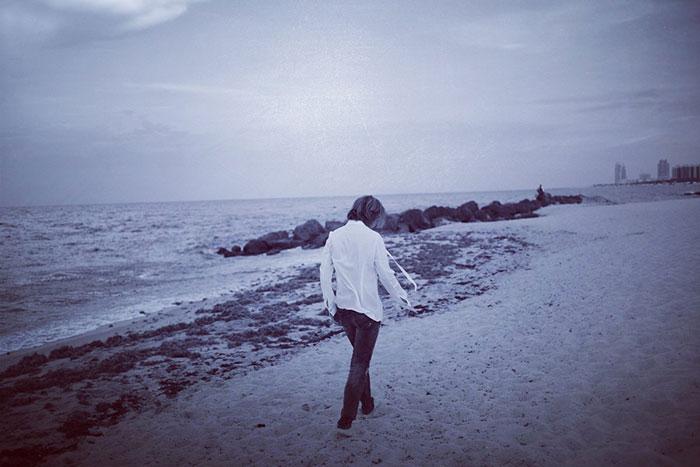 X JAPAN YOSHIKIが海辺のイメージカットを公開!「本当の自分自身を見つける為に」