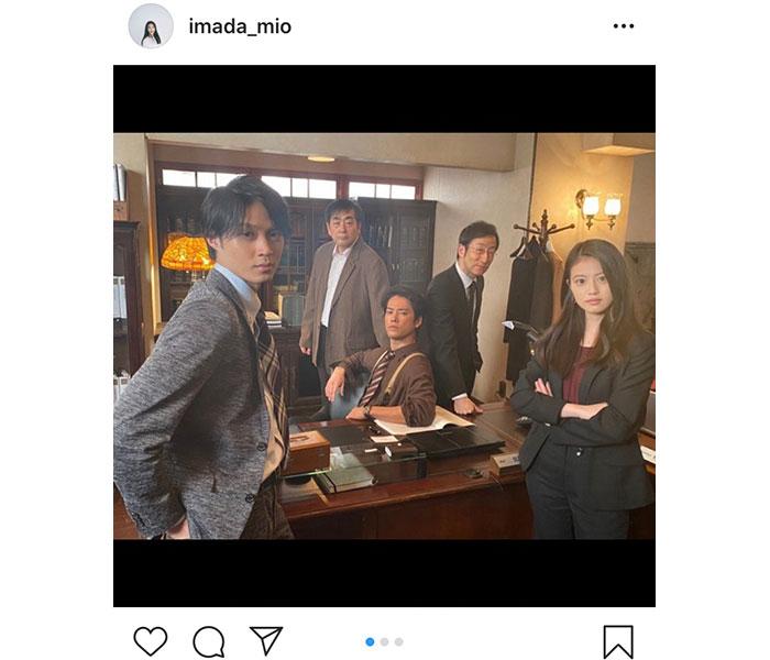 今田美桜が『ケイジとケンジ』桐谷健太ら警察メンの集合決めカット公開!「検事室お借りしてカッコつけました」