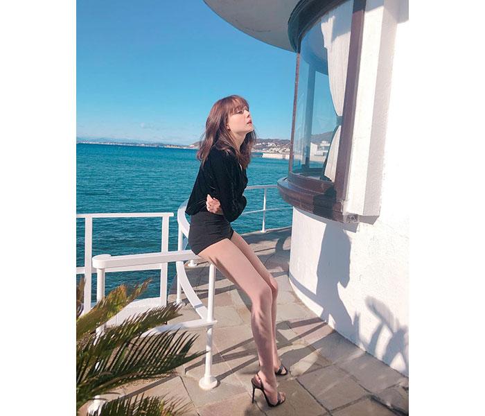 トリンドル玲奈が海辺のテラスで美脚を披露!「美脚で羨まし」「天使やっぱりいるんだ!」と大反響