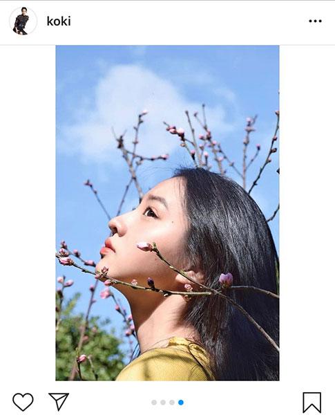 Koki,がアーモンドのつぼみをアクセサリーに、プライベートポートレート公開「色彩も優しくて綺麗」