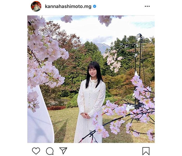 橋本環奈、純白衣装が映えるお花見オフショット公開に「どこのお姫様!?」「桜と環奈ちゃんは無敵」と絶賛の声