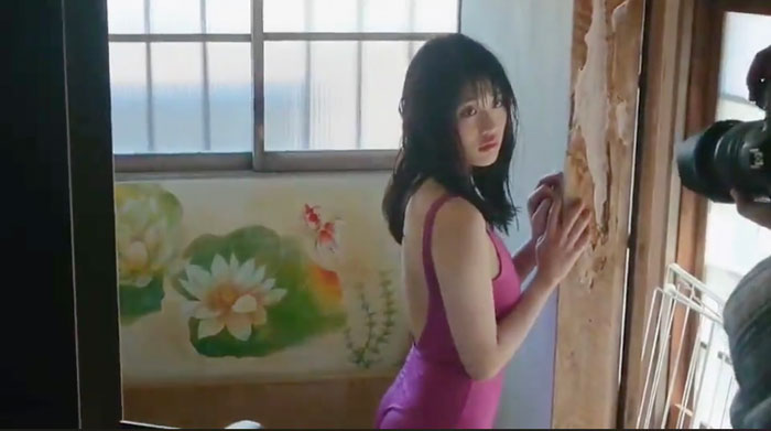 石田桃香、艶やかな表情で魅せるオフショットムービーを公開!<ヤングチャンピオン>