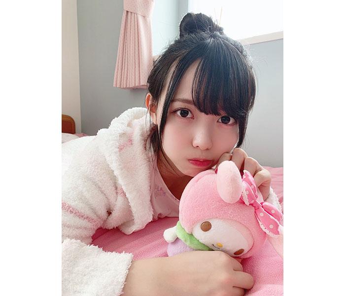 ラストアイドル 松本ももな、ピンクの部屋着でドキドキ添い寝ショット公開!「パジャマ天使」「癒しの空間だ」