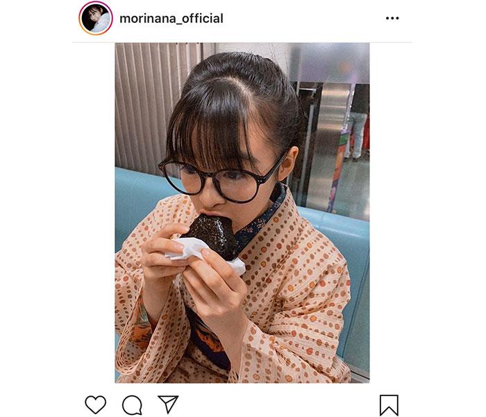 森七菜、朝ドラ『エール』のメガネっ娘スタイルでおにぎりをパクリ「めっちゃ可愛いです!!」「何味なのかな」「何でもうまそーに見える」