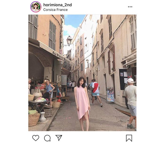 乃木坂46 堀未央奈、美脚がチラリな写真集オフショット「ほんとにかわいい」「ピンクのワンピ似合ってる」