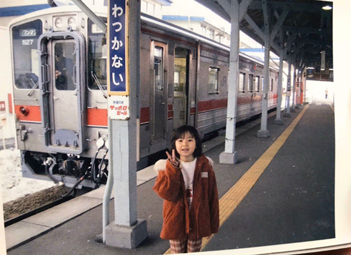 STU48 瀧野由美子、子供時代の鉄道ショットを公開「小さい頃から英才教育」「とてつもない場所での撮り鉄」