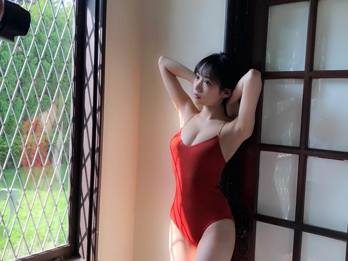 NMB48 横野すみれ、タイトセクシーな赤ビキニショットを披露「すーちゃん強すぎやろ」「もうなんか芸術的」
