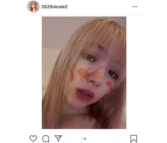 藤田ニコル、金髪&金魚が泳ぐ自撮りショット公開「夏だ」「金髪ニコルが好き」