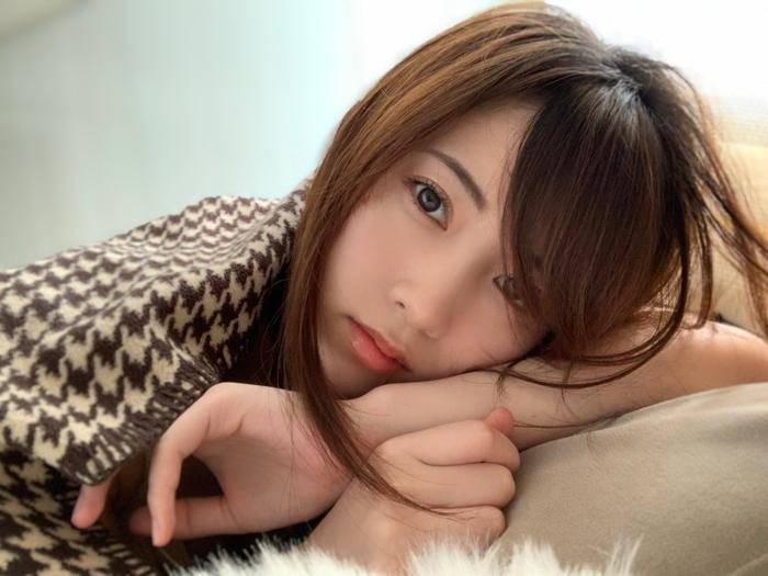 AKB48 岡部麟、至近距離からの微笑みポートレートを披露