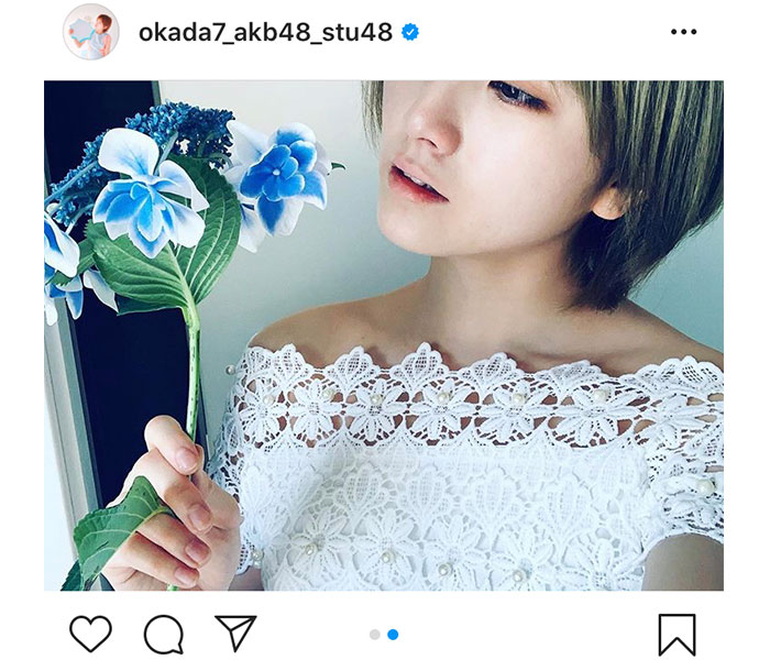 AKB48/STU48 岡田奈々、まるでシンデレラなオフショル白ドレスショットを披露