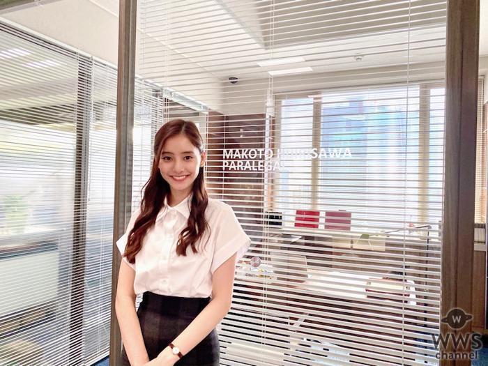 新木優子、『スーツ2』笑顔の撮影オフショット!「美しい写真ありがとう」「異次元の美!」の声