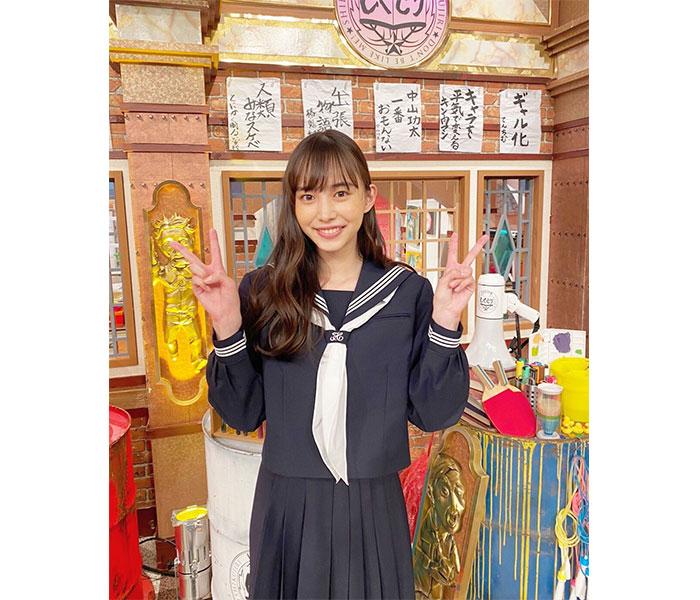 井桁弘恵が披露した紺セーラー服ショットに絶賛の声!「か、可愛い!!」「爆裂似合いすぎっ」