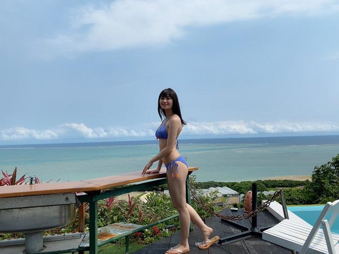 桜田茉央、沖縄の海をバックに爽快青ビキニを披露!「茉央ちゃんの笑顔も最高」