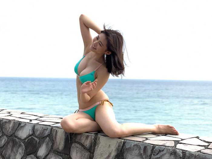 桜田茉央、「海の日」にエメラルドのビキニショットを披露!「素敵な笑顔」「海一緒に行きたい」などの反響も