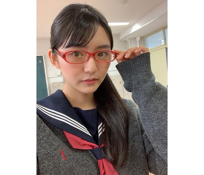 豊田ルナ、赤縁メガネの制服姿で『キラメイジャー』に出演!「6人目の戦士 !?」