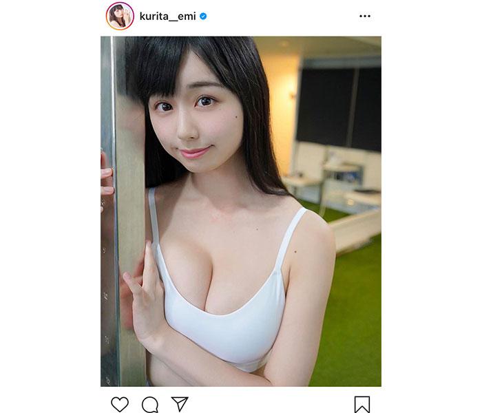 グラビアアイドル・くりえみ、色白の美乳がのぞくタンクトップ姿を披露!