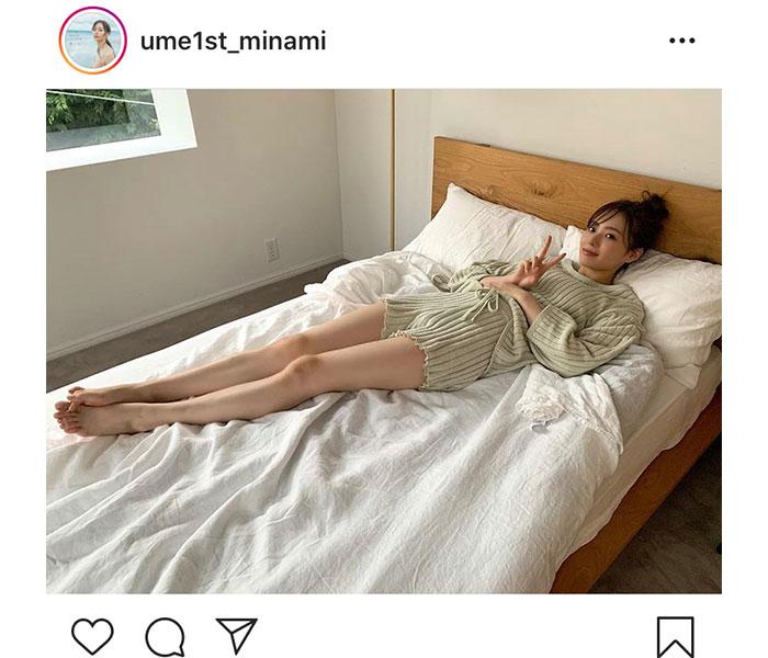 乃木坂46 梅澤美波、ベットの上で伸ばした美脚を大胆披露!「脚も含めて全てが美しい」