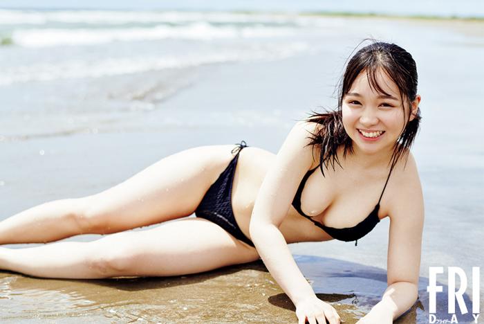 池本しおりが「FRIDAY」初登場!砂浜で魅せる『ミニグラ』ボディに釘付け!