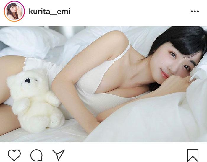 くりえみ、彼氏目線で添い寝気分のグラビアショットに「可愛い」と歓喜の声!