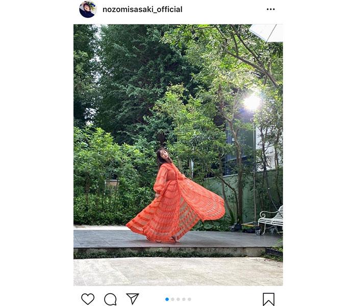 佐々木希、透け感ドレスで舞う華麗なオフショット公開「森の妖精」「清楚すぎます!」
