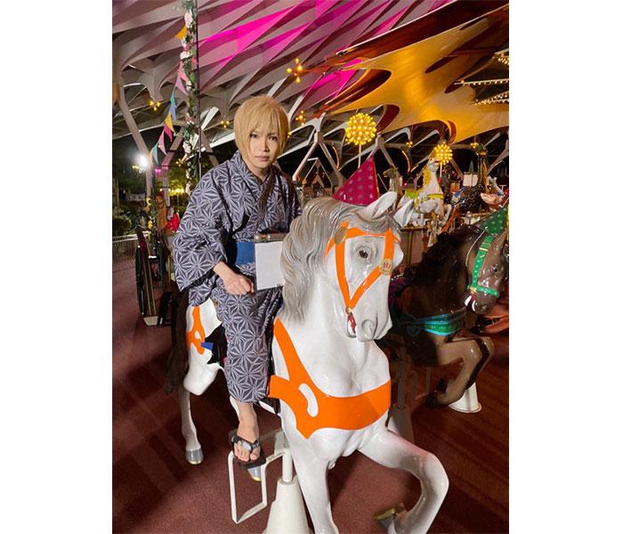 ゴールデンボンバー・鬼龍院の白馬のおじさまショットに「どうみても無理やり連れてこられた子供ですw」「 ムリヤリ親に乗せられて写真撮られた子ども感w」