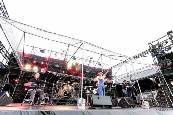 """瑛人、自身初となる大規模野外イベントで話題の新曲「ライナウ」を含む全5曲を披露!集まったオーディエンスに""""元気""""を届ける。"""