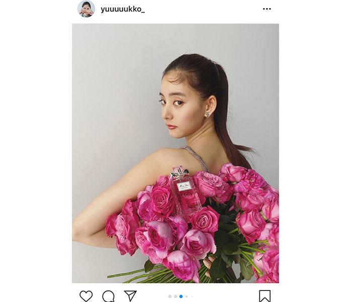 新木優子、バラの花束を持った見返り美人ショットに反響!「美しすぎ」「花にも負けない美しさ」