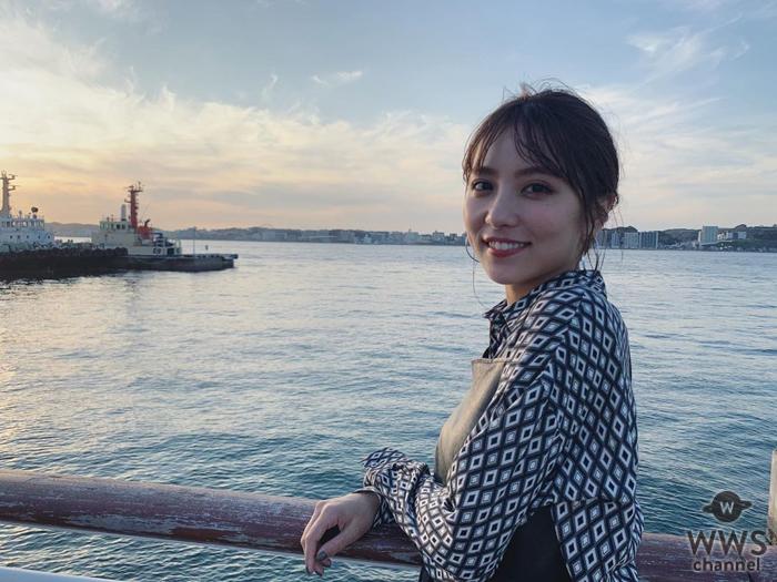 石川恋、夕陽と海バックにした笑顔&横顔写真にファン歓喜「めっちゃ癒されたわ」