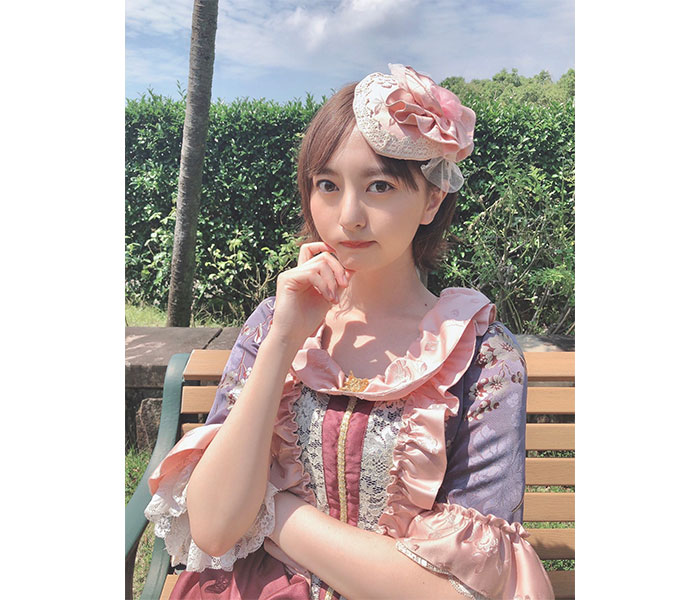 HKT48 森保まどか、美麗なレトロドレスでファンへ一言「私に忠誠を誓いなさいっ!」