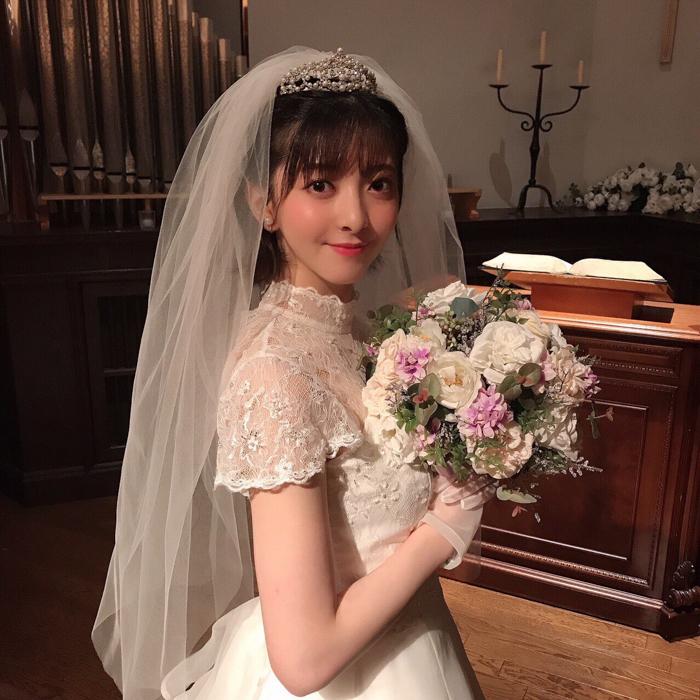 菅原りこ、純白のウェディングドレス姿でヒロイン役抜擢を告知!