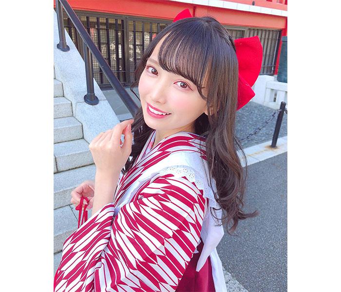 ≠ME(ノイミー)鈴木瞳美、大正ロマンを感じるエプロン袴姿を披露!「レトロな感じも最高に可愛い」