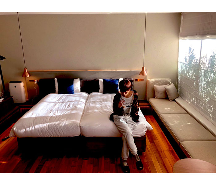 声優・小野賢章、オシャレホテルでのオフショット公開 「一枚目と二枚目の賢章さんのギャップがすごすぎます…!」「何もかもがオシャレです…!!」