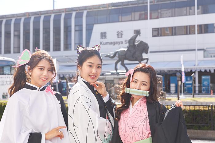 <鬼滅の刃>埼玉県熊谷駅前にミスユニバーシティ2020が鬼殺隊のコスプレで登場!