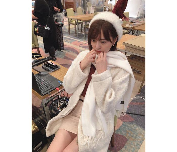 HKT48 森保まどか、チラ見え美脚&全身白コーデで冬を先取り!「もこもこの女の子最強!」