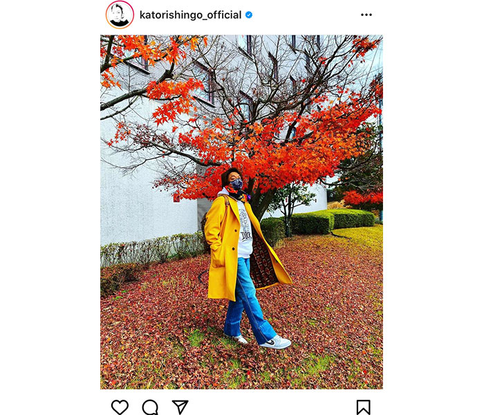 香取慎吾、紅葉が映えるアウターの私服コーデを披露!「さすが着こなし上手」