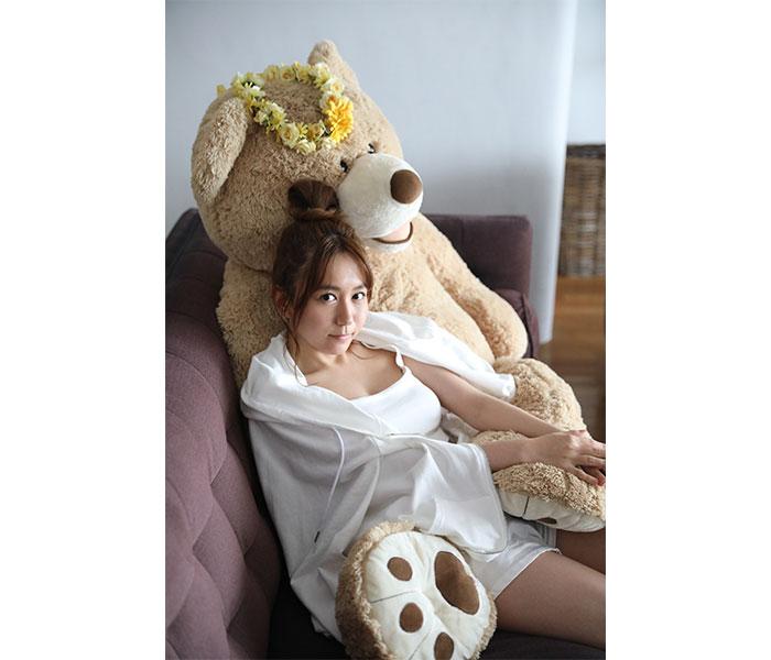 """SKE48 大場美奈の2nd写真集が重版決定!ファンからのプレゼントである""""特大くま""""とのアザーカットも公開"""