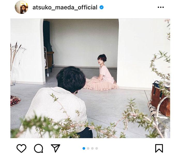 前田敦子、2021年カレンダーの撮影風景を公開!篠田麻里子「うちのインテリアに是非」