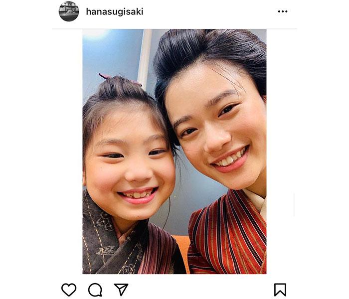 杉咲花、「おちょやん」で自身の子供時代を演じた毎田暖乃と笑顔の2ショット披露!