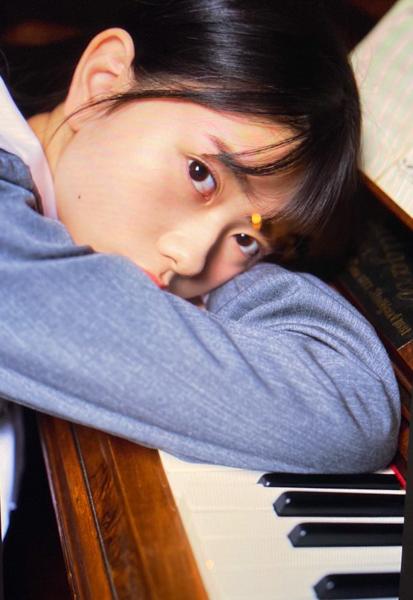 AKB48 千葉恵里、幼さと大人の境界で魅せるソログラビアオフショットを大量公開「永久保存版すぎる!!」