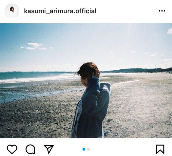 有村架純、海辺で撮影された「花束みたいな恋をした」オフショット公開
