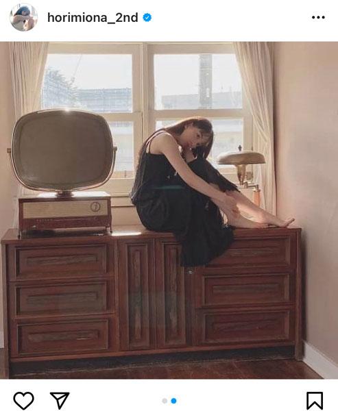 乃木坂46 堀未央奈、黒ワンピースと透明素肌のコントラスで魅せる美!