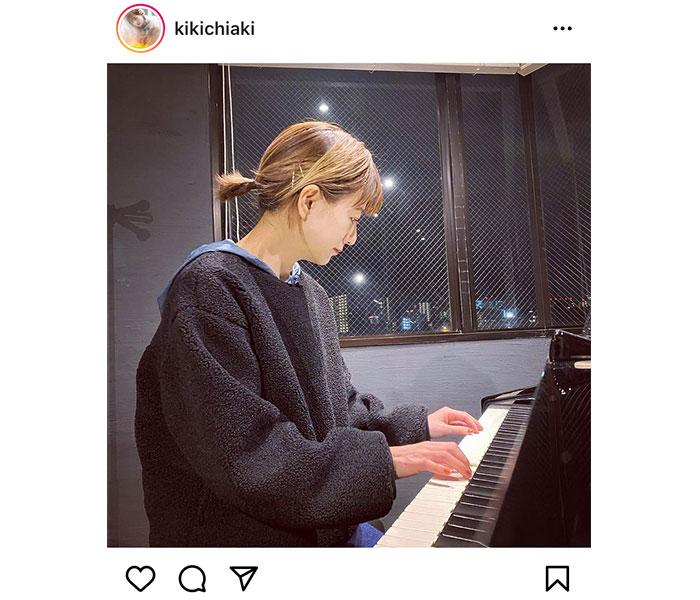 """伊藤千晃、""""ポロロン""""と奏でるピアノを弾く姿に反響「夜景もふくめて素敵です」"""