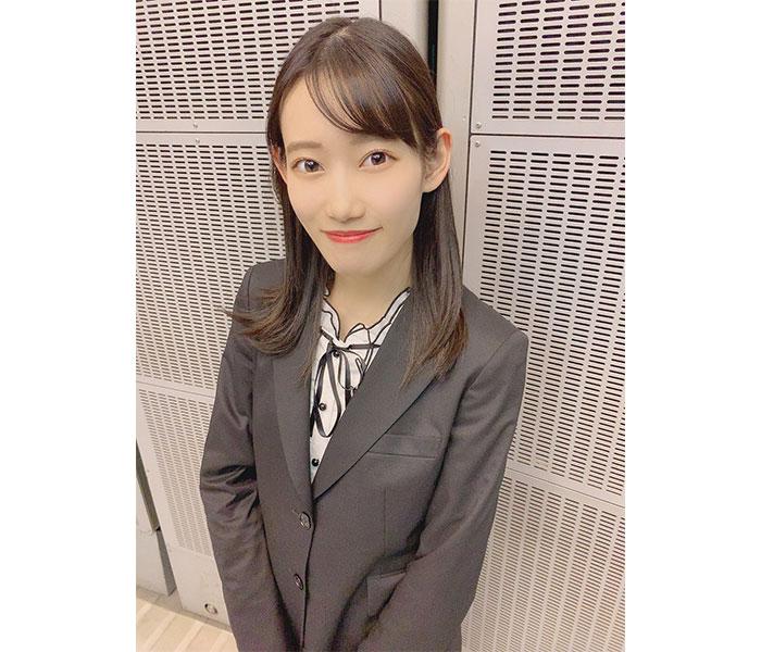 AKB48 黒須遥香、まるでオンライン面接のようなスーツ姿を披露!「スーツ似合う!」「入社してほしい人生でした」