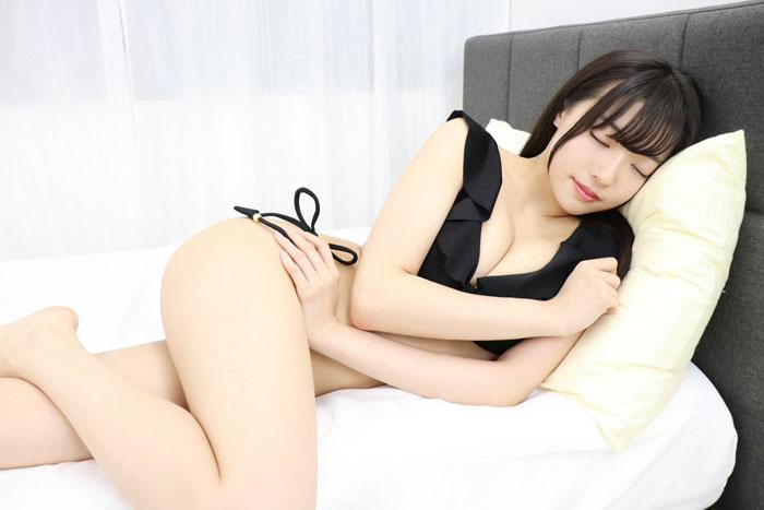 桜田愛音、美脚と共に魅せる天使の寝顔ショット!